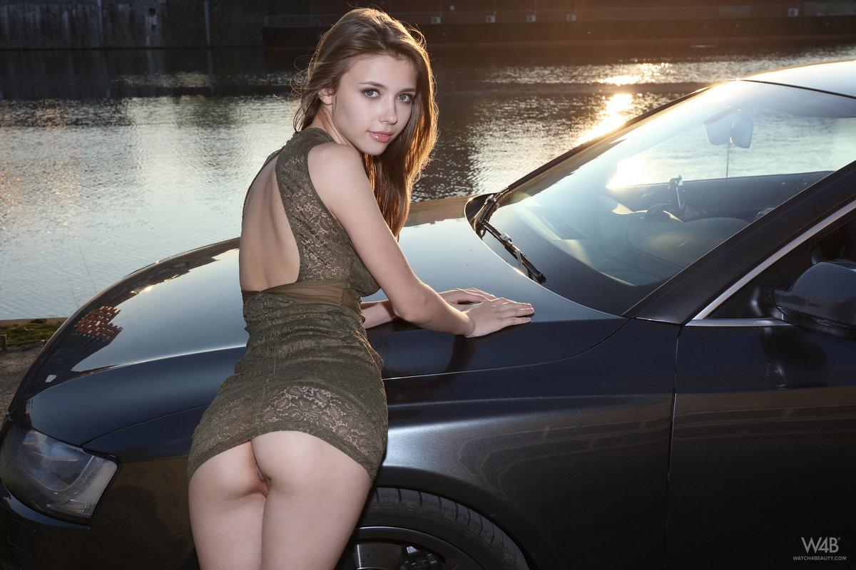 Девушка без трусов возле автомобиля