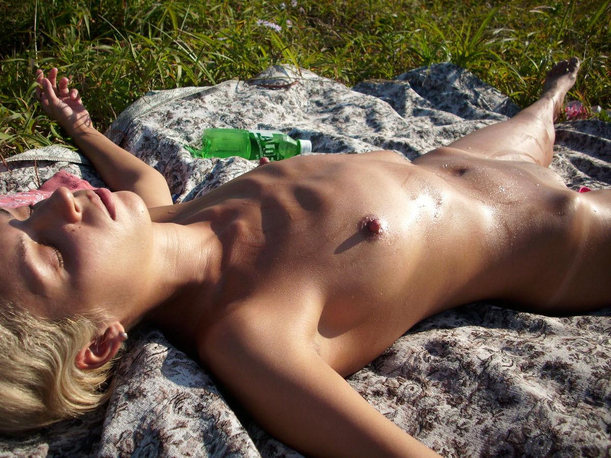 erotika-zheni-zagorayut-golie