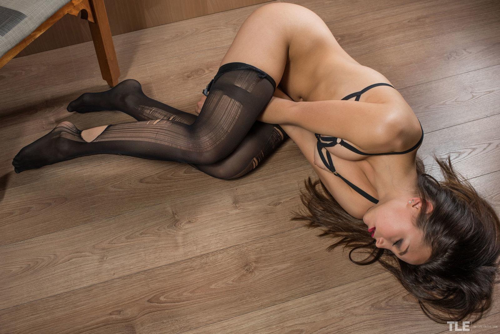 Тихие стоны в порванных колготках, Стоны, порно со Стонущими девушками 20 фотография