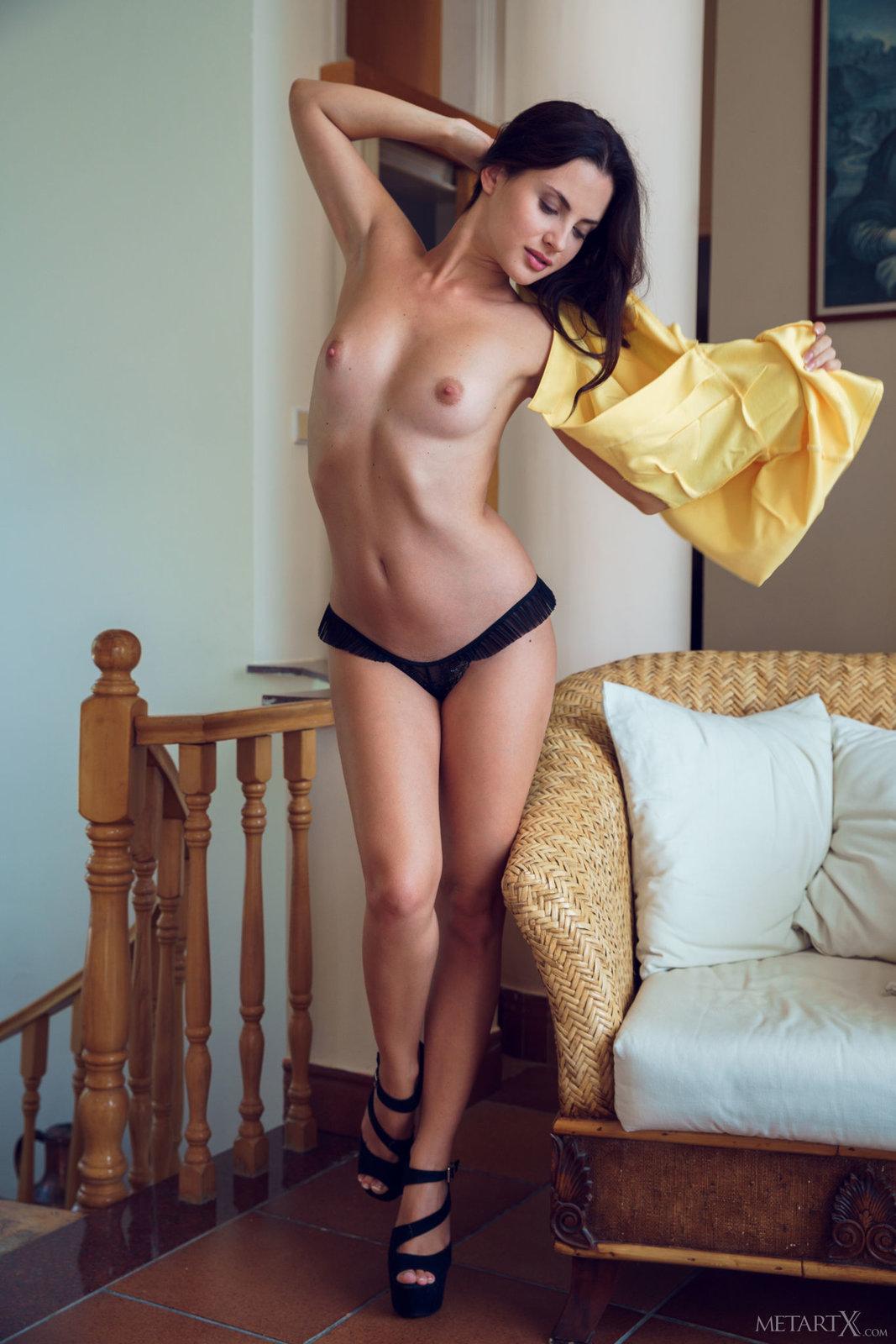 foto-erotika-bryunetka-snimaet-plate-seks-vecherinka-svingerov-foto
