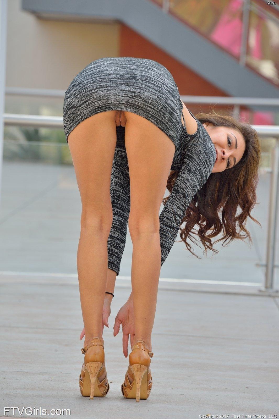 девка в очень коротком платье показывает пизду - 10