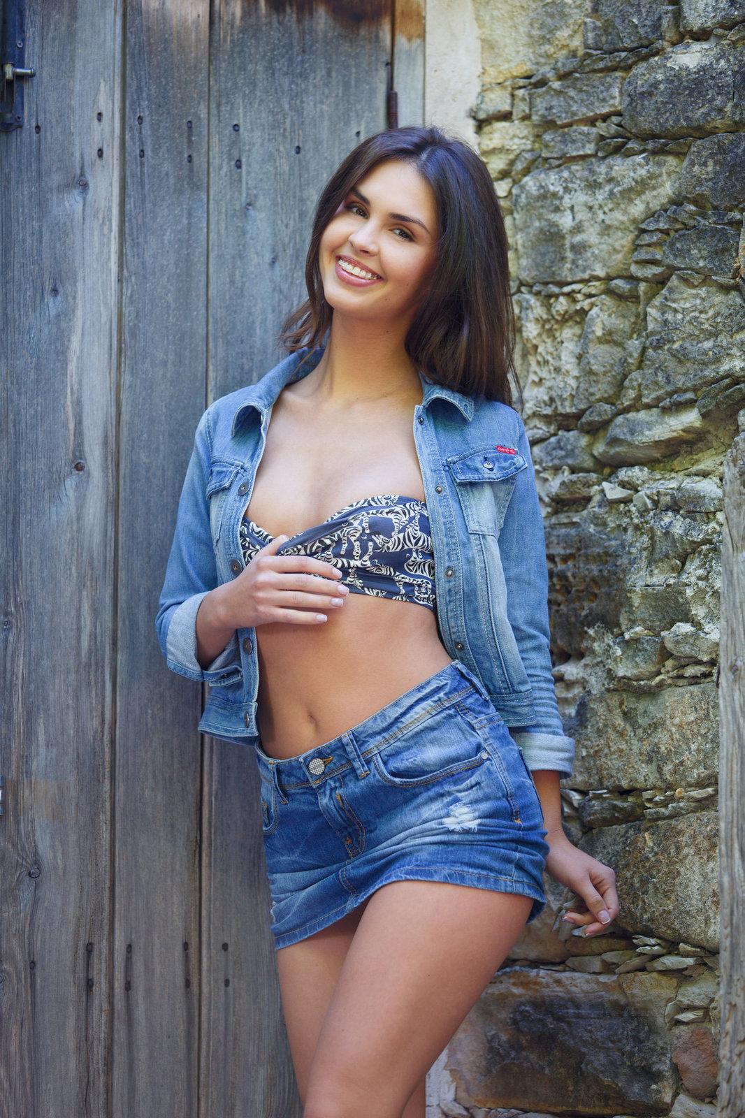 голая в джинсовой юбке завораживающе