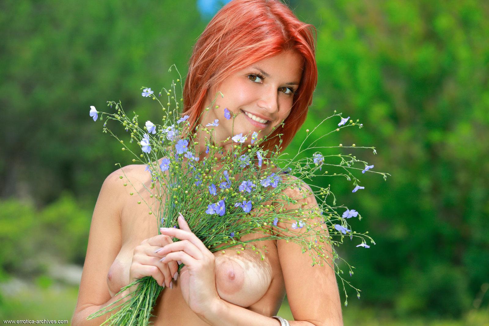 Рыжая голая в лесу, Рыжая разделась в лесу Голые красотки 21 фотография